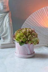 Pembe Mermer Desenli Yapay Çiçekli Vazo